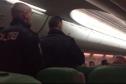 Máy bay hạ cánh khẩn cấp vì hành khách không ngừng...