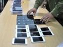 Việt kiều Mỹ buôn lậu điện thoại bị bắt ở Tân Sơn Nhất