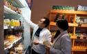 Người trẻ đưa hoa quả Việt đến gần người Nga
