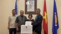 Cặp vợ chồng Việt kiều Mỹ hơn 80 tuổi lái xe 300km tới ủng hộ Quỹ vaccine